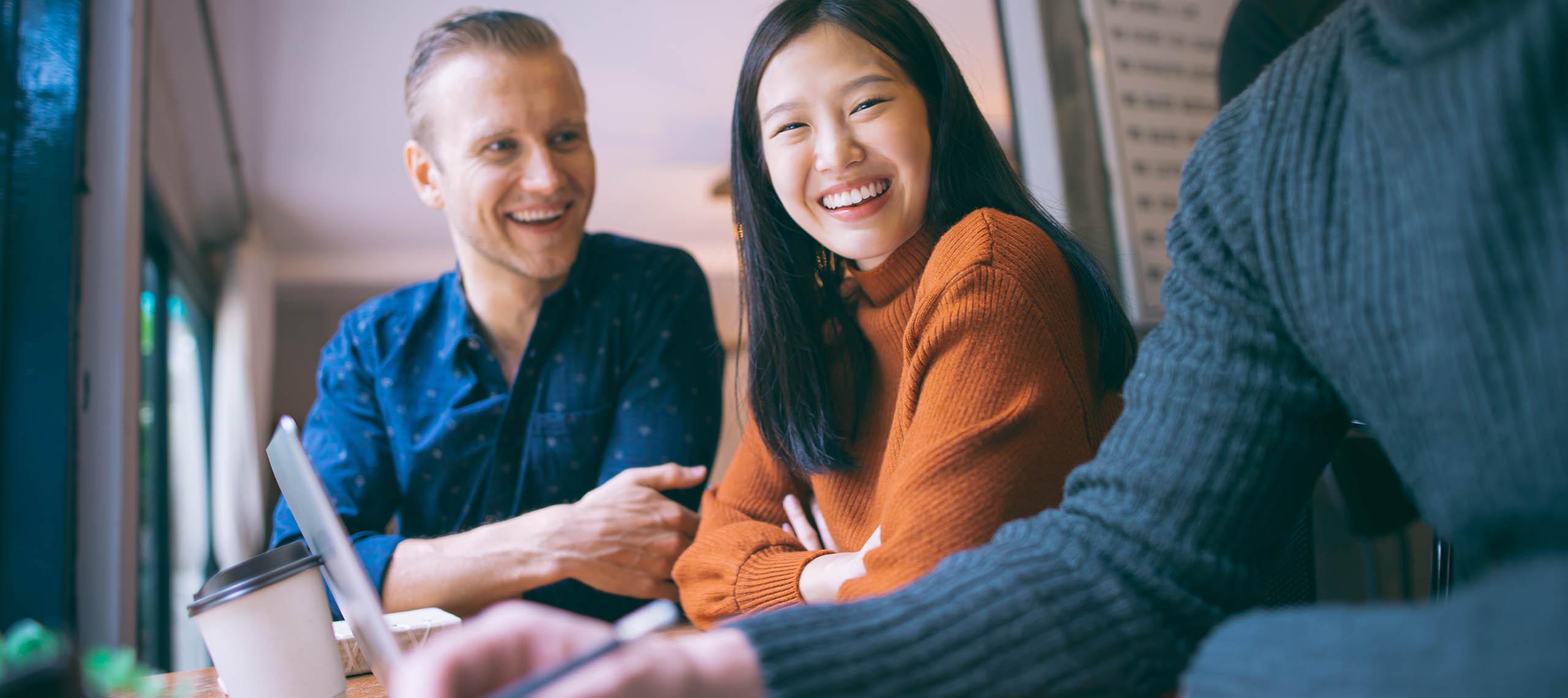 Två Newtonstudenter som skrattar ihop